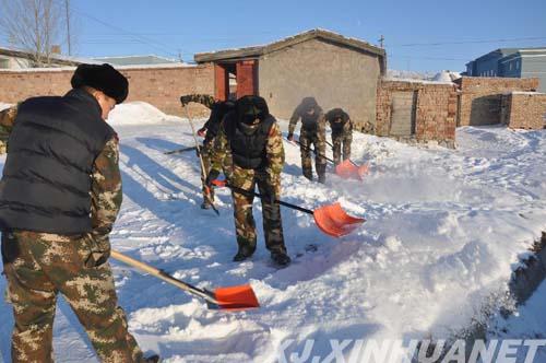 :消防官兵正在扫雪-冰雪封路 新疆阿勒泰富蕴消防冒严寒保畅通图片