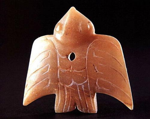 中国玉器源远流长,民族特色鲜明,在长达七八千年的发展历程中,连绵不断,相沿不衰,这在中外古代雕塑艺术史中是独树一帜的。 殷墟玉器是中国古代玉器中的一个重要组成部分,它上承夏及商代早期玉器的优良传统,下启西周玉器的先河,经200多年的生产实践,提高了设计水平和雕琢技术,创作了很多精美的作品,令人耳目一新。 殷墟是商代后期盘庚至帝辛八代十二王的王都遗址,位于今河南省安阳市西北部,横跨洹河南北两岸,其范围约有30平方公里。据夏商周断代工程多学科的学者、专家的切磋与研究,认为殷王朝在殷墟建都的绝对年代为公元前