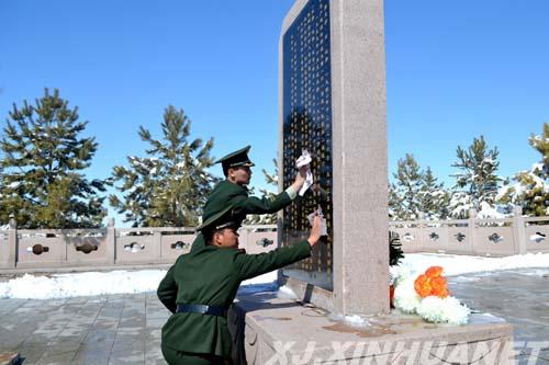 >> 正文  清明时节,新疆塔城地区裕民县边防大队官兵来到铁列克提战役