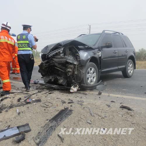 消防官兵到场后发现,一辆车牌号为新mp5788的路虎越野车与一辆车牌号