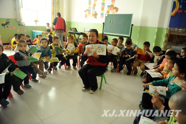 疏勒县第二双语幼儿园幼师教孩子们学童谣。 鹅鹅鹅,曲项向天歌,白毛浮绿水,红掌拨清波10月12日,疏勒县第二双语幼儿园大班的孩子们跟着老师朗读诗文,清脆的朗读声响彻整个校园。该园幼师张倩介绍说:我们班有23名幼儿,现在他们都已掌握了汉语的基本交流。每个班还有独立的教室和寝室,教室布置得既美观又温馨,班里配备电视机、DVD机、电子琴等设施一应俱全,孩子们不仅在这里学习和玩乐,还可以每天都吃上免费的营养餐。 2006年,疏勒县在全疆率先建立第一所农村学前幼儿园。如今,城乡标准化建设的双语幼儿园如雨