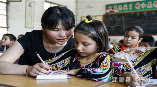 6月17日,娄晓婧在给新疆籍学生辅导功课。 河南省南阳市镇平县石佛寺镇是中国著名的玉雕之乡。在这座中原小镇,现有维吾尔族常住人口1000多人,他们在这里经商、工作,过着富足、幸福的生活,他们不约而同地表示:生活在河南,挺好的。请看他们的自述: 阿不力米提阿卜杜卡德尔(42岁,石佛寺镇天下玉源市场玉石商人): 我老家是和田农村的,一家人干一年活赚不了1万元,现在搬到这个地方,1个月我就能赚一两万元,这在以前哪敢想?我算是来对了。 8年前,我刚到石佛寺的时候,曾经在路边的土路上摆过摊,一刮风,玉石上