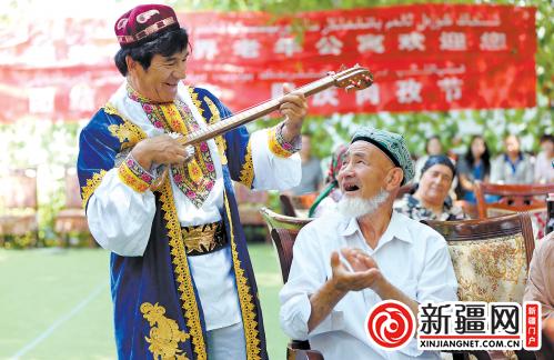 孜·沙迪克共唱维吾尔族歌曲《我的家乡》.-养老院里唱家乡