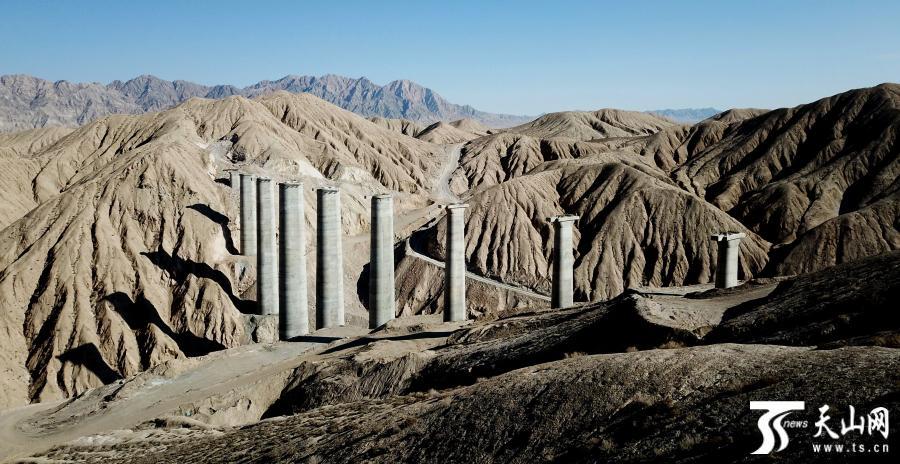 从青海省格尔木至新疆库尔勒的格库铁路,目前正在阿尔金山的大山里