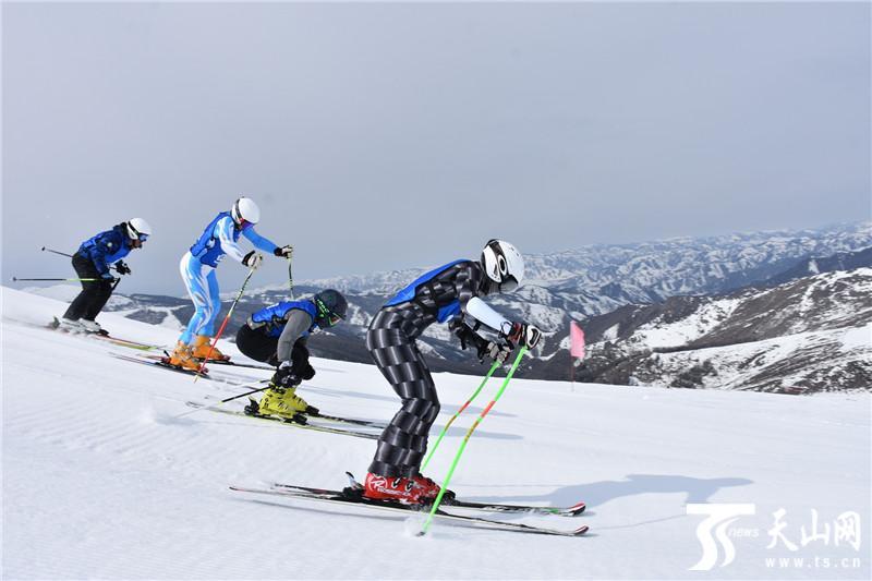 """滑春雪 可可托海国际滑雪场首届""""四人追逐滑雪赛""""精彩纷呈"""