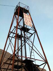 """煤矿井架上的""""安全为天 预防为主""""的警示牌非常醒目,在出事原因初步浮"""