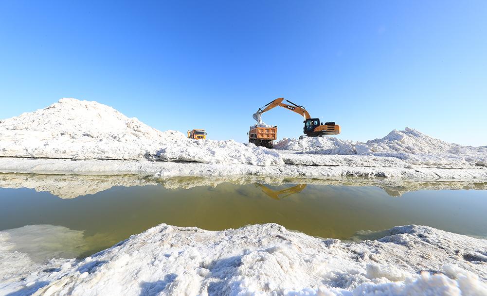 瑪納斯鹽湖春季採鹽忙