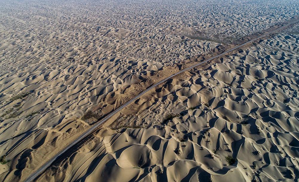 """新疆:第三条穿越""""死亡之海""""的沙漠公路加紧建设"""