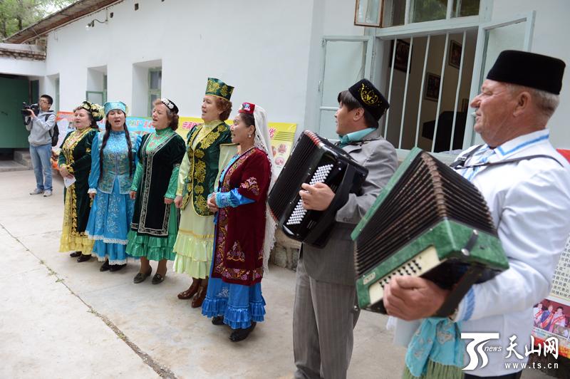 媒体采访塔塔尔族文化协会会长再屯娜。 新疆是多民族聚居区,多个民族在这里共同生活,自然也少不了各民族之间的联姻,更加强了彼此间的团结。5月22日,记者在新疆塔城市采访期间便采访了这样的家庭。 塔城市是一个美丽富饶的地方,这里生活着汉、哈萨克、回、维吾尔、锡伯、俄罗斯等25个民族的兄弟姐妹,多民族共同形成了塔城特色多元化的民族风情。 塔城民风淳朴、社会和谐。塔城市各民族幸福的生活在一起,小城民风淳朴,多民族的风俗、服饰、饮食等文化交融在一起,形成了塔城独有的多元民俗风情,在塔城市,多民族相互交融,两个民
