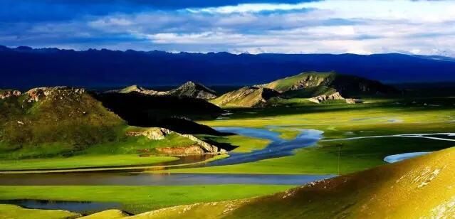 有一个传说 在无边的大漠 勇敢的汉子死斗旱魔 痴情的尕亚泪水滂沱 融化成人间圣洁的湖泊 这就是博斯腾湖 我的母亲湖   有一条大河 在浩瀚的大漠 不屈的胡杨顽强执着 坚韧的红柳唱响赞歌 谱写出人间不朽的传说 这就是塔里木河 我的母亲河   有一个草原 在金色的大漠 滚滚的石油从身边流过 美丽的孔雀河奔腾欢跃 编织成人间美丽的花朵 这就是巴音布鲁克 我的绿色的歌    我爱你,我的湖 我爱你,我的河 我爱你,我的家 ------美丽的巴音郭楞 (完)